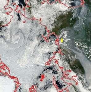 Мозаика снимков MODIS спутника Aqua от 29 июля 2012 года. Видны мощные шлейфы дыма от катастрофических пожаров в Центральной Сибири и Якутии, также уходящие в Арктику в сторону полярных льдов.