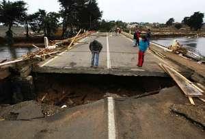 После землетрясения в Чили 2011 года (фото Ivan Alvarado / Reuters).