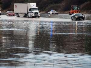 В субботу шторм продолжил продвижению вглубь территории США, неся обильные осадки, сильный ветер и низкие температуры. Фото: Global Look Press