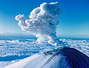 На Камчатке вулкан Карымский выбросил пепел на 3 км. Фото: Новый Регион