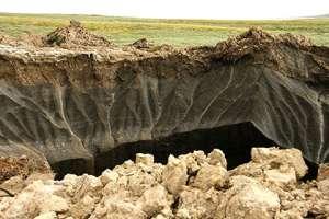 Вид на гигантскую воронку в Ямало-Ненецком автономном округе. Фото: Lenta.Ru